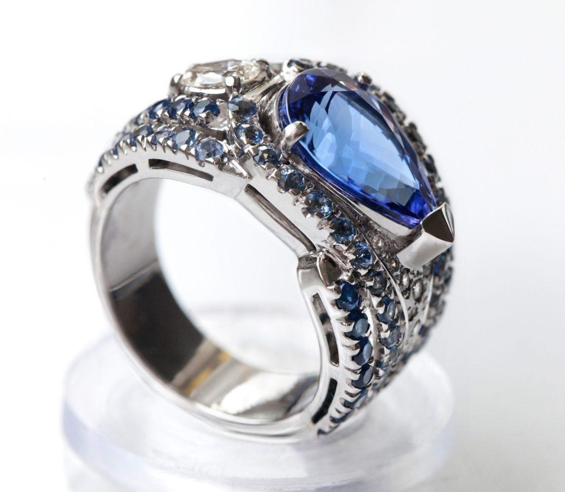 Кольцо с танзанитом, бриллиантами и сапфирами